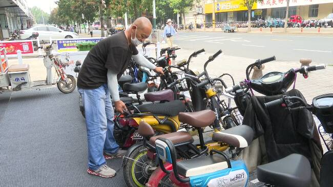 57秒丨30多处电动车停车区上线 潍坊这条电动车一条街交通秩序大变样