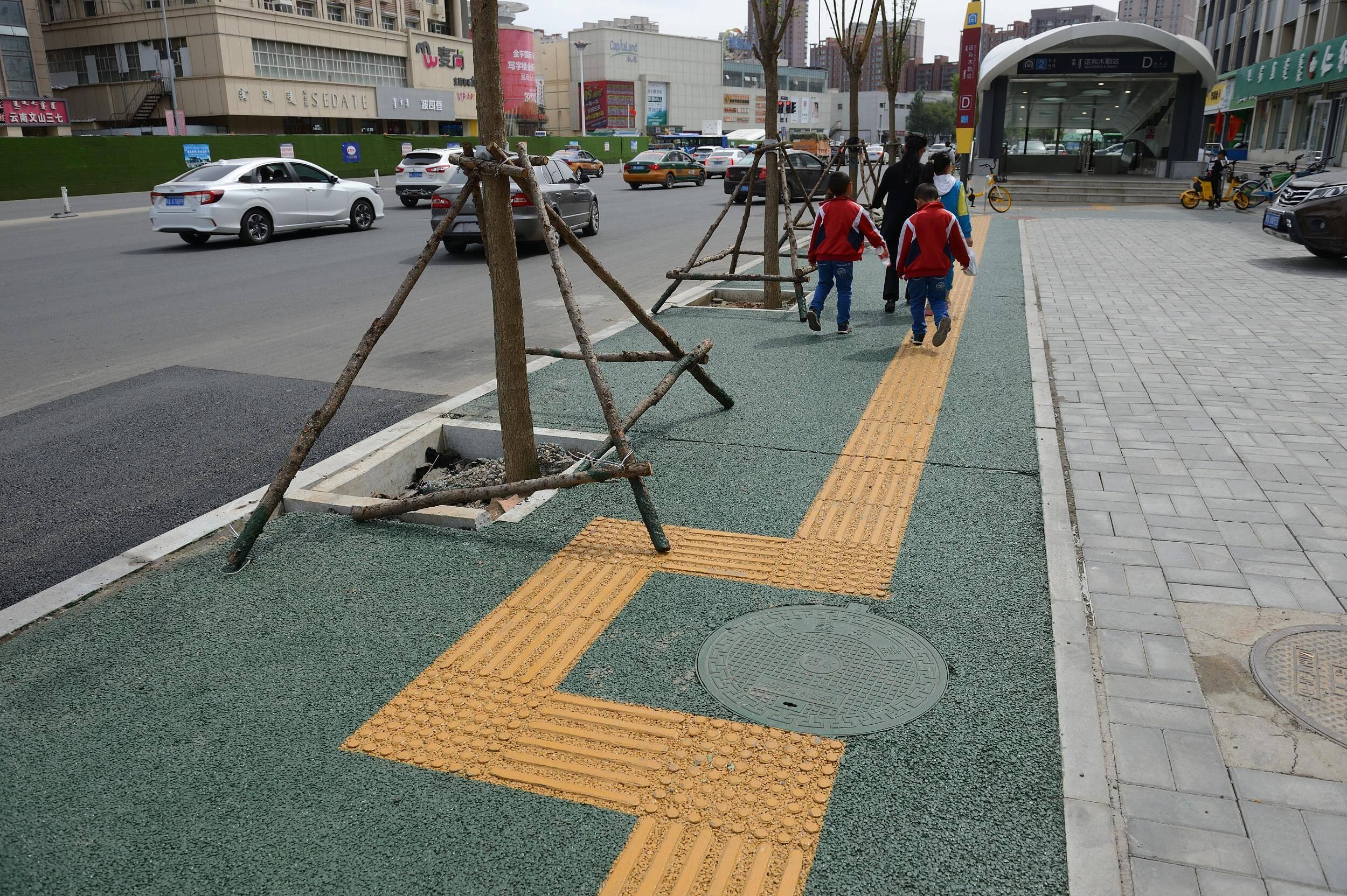"""昆明300米盲道遇30多处障碍,盲道不能成为城市规划治理的""""盲点""""丨闪电评论"""