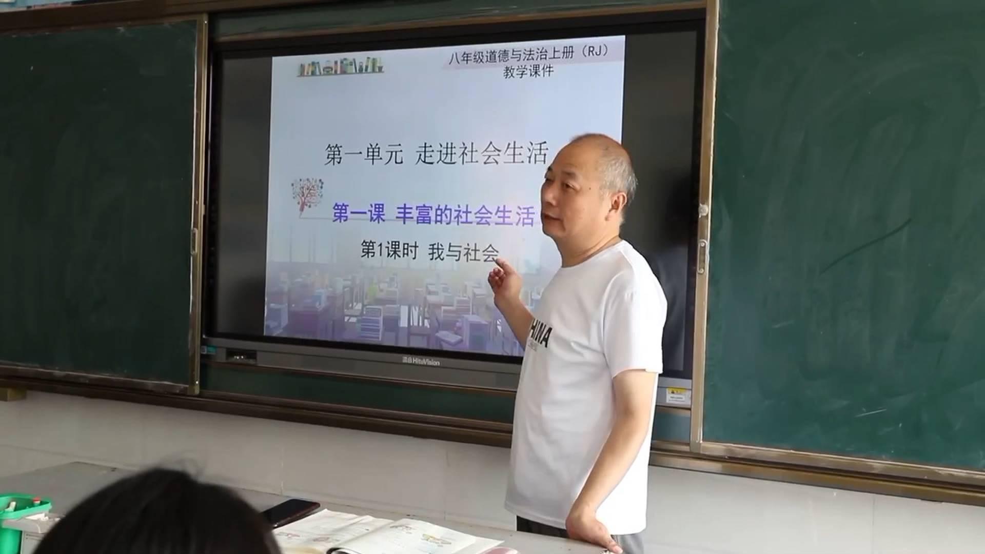 60秒丨57岁乡村老师自幼患有小儿麻痹 教书36年坚持站着上课