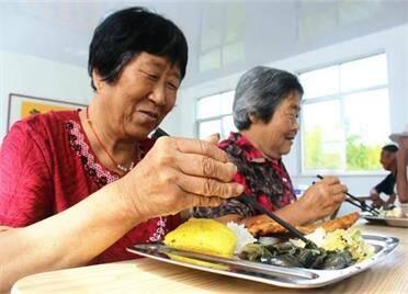 为老人提供午餐服务!威海临港区汪疃镇祝家英村爱心食堂开业