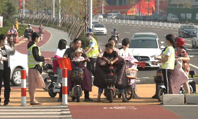 26秒|日照岚山区:文明交通劝导员引导市民遵守交通法规、文明出行