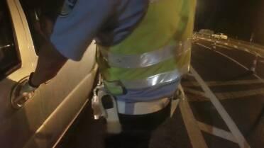 39秒丨威海一男子无证驾驶还试图闯卡,民警三次高喊停车制止!