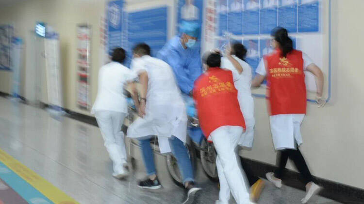 40秒丨滨州男子突发急性心肌梗死晕倒在医院门诊 危机时刻幸好有他们...