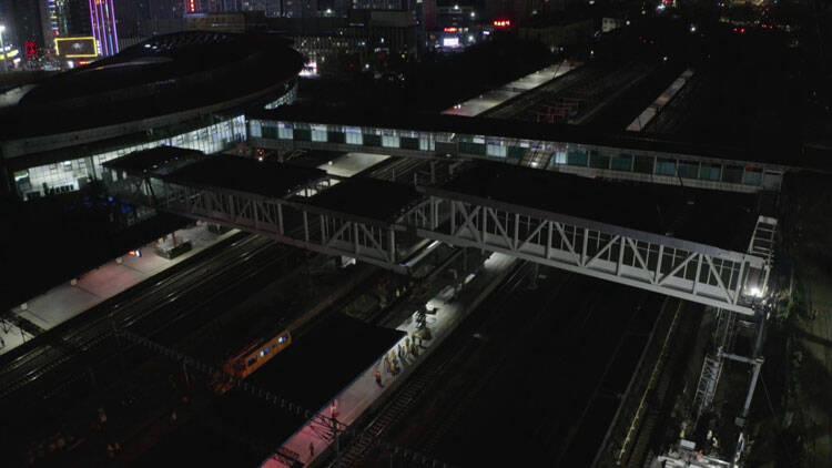 77秒 | 我国单吊重量最大履带起重机成功完成潍坊火车站旅客天桥吊装任务