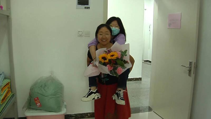 110秒|风雨无阻十二载 妈妈把她背进大学  轮椅女孩赴青岛大学报到