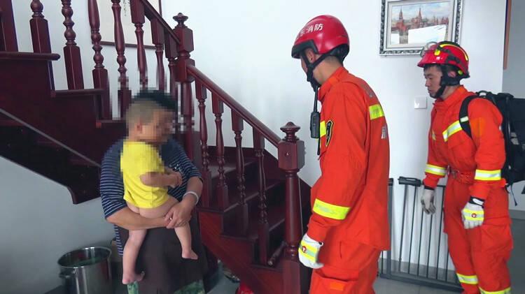 看孩子别大意 威海两岁男童头卡在楼梯栏杆里