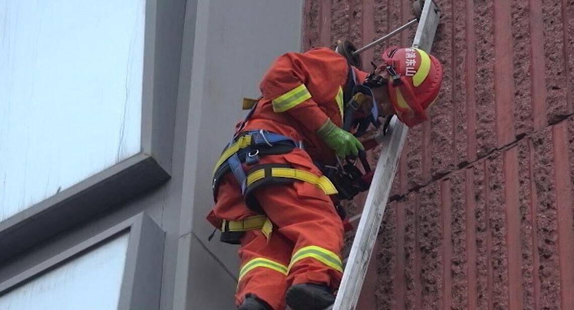 31秒|临沂:无人机误操作卡在玻璃幕墙 消防员15分钟排除险情