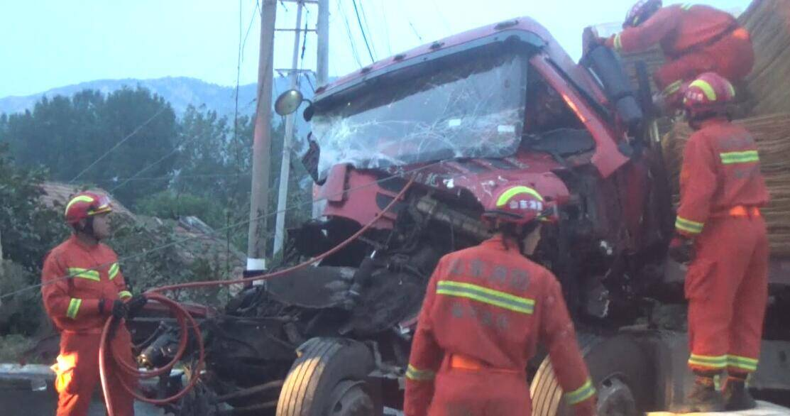 22秒 | 临沂:两半挂车追尾 消防员紧急救援被困司机