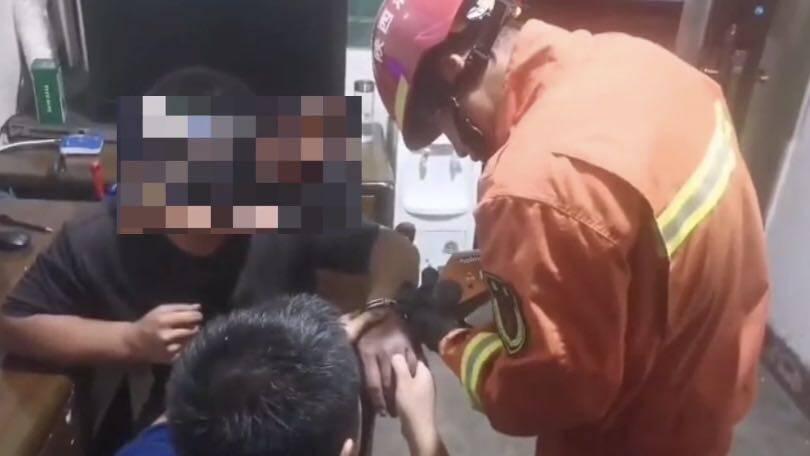 19秒丨陕西一男子捡到手铐后铐自己 解锁不成报警求助
