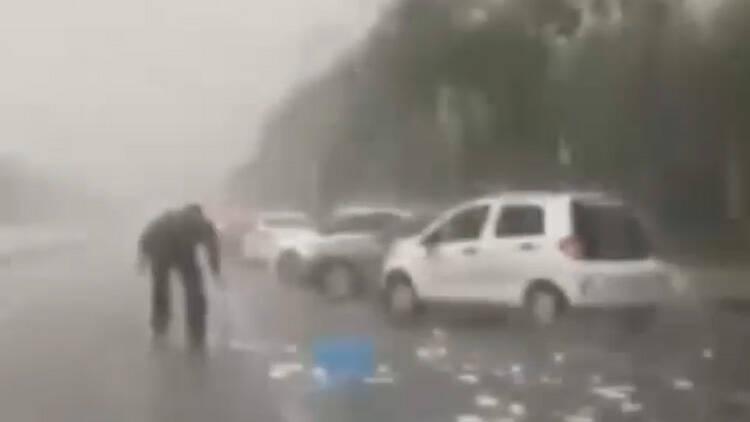 20秒丨雨天餐具洒落一地极易引发二次事故 幸亏他及时发现…