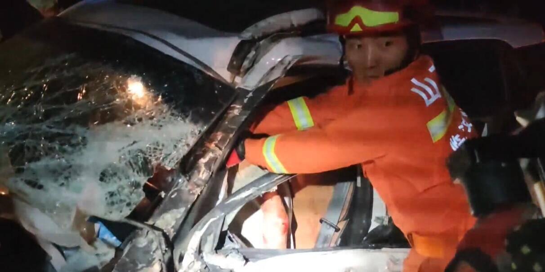 26秒 | 临沂:两车追尾一人被困 暖心消防员用安全气囊帮被困司机挡住脸