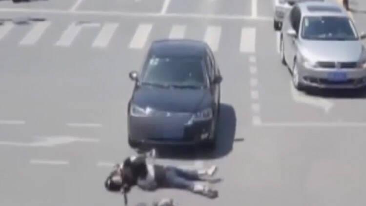 25秒丨触目惊心!滨州一女子骑电动车带娃闯红灯被撞飞