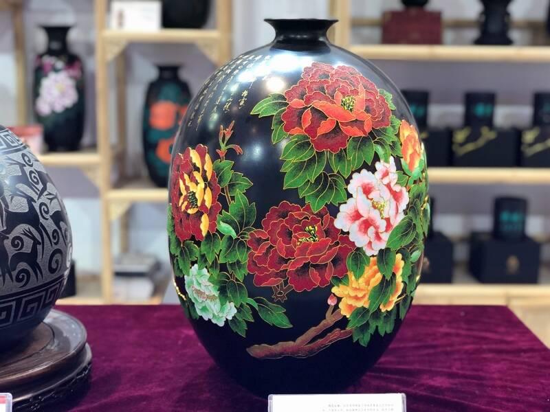 20000多件产品亮相文旅博览会德州展区,黑陶、剪纸、红绿彩等引来大批访客