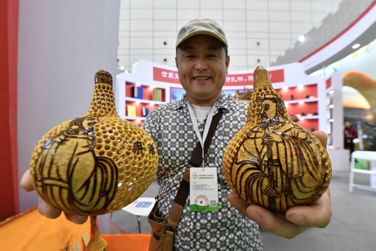 """组图丨走进文博会!家住孔林后的葫芦匠人:葫芦不仅是""""福禄"""",更是中华文化的凝聚"""