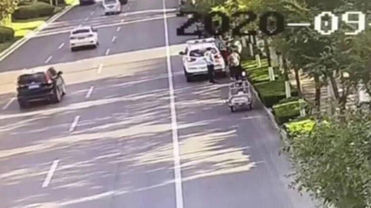 42秒丨滨州一工人手臂意外锔伤 拦车求助交警护送就医