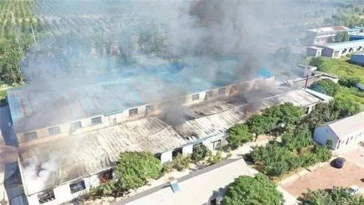 29秒丨滨州一纺织厂突发大面积火灾 现场浓烟滚滚