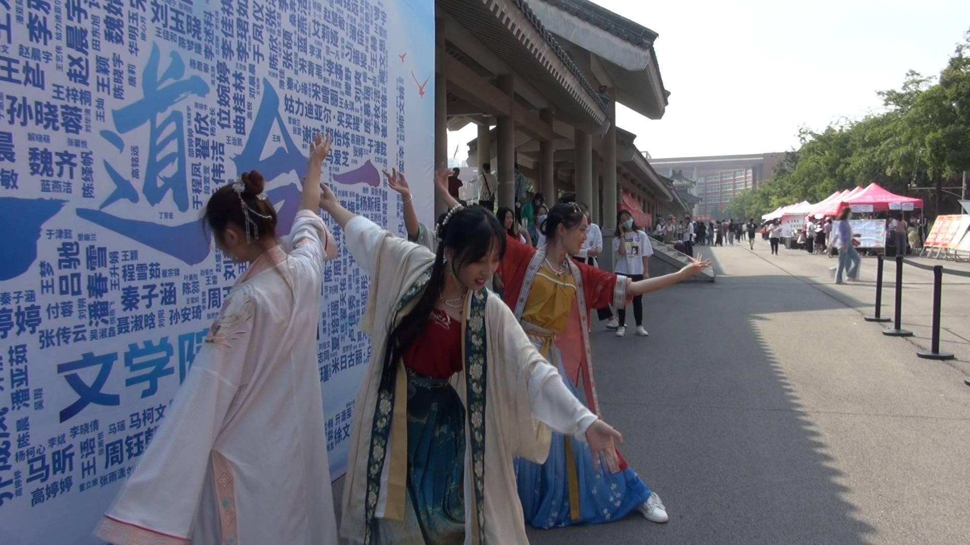 49秒丨四点起床盘发髻!齐鲁师范学院学姐跳古典舞花式迎新生