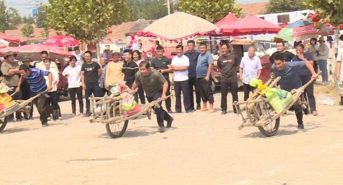 23秒丨日照莒县东莞镇推独轮车、拔河等农民趣味体育活动欢乐上演