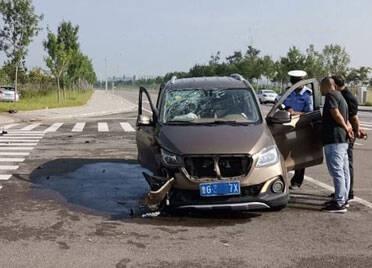 潍坊滨海:过路口不减速与来车相撞 没有红绿灯更要谨慎通行