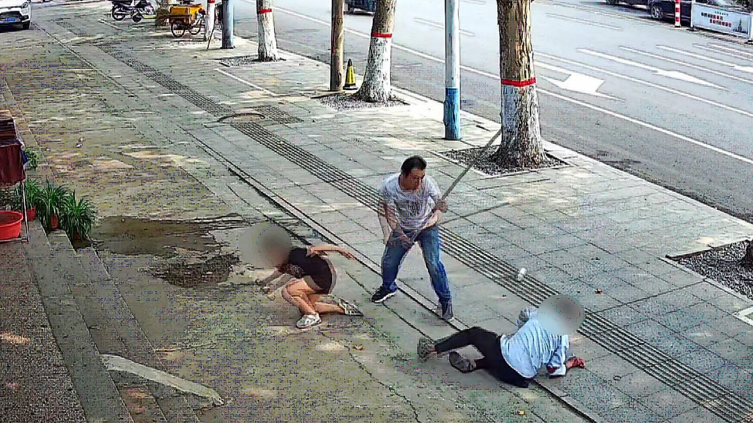 56秒丨邹平:男子当街持刀袭击路人 好汉拿着棍子冲了上去