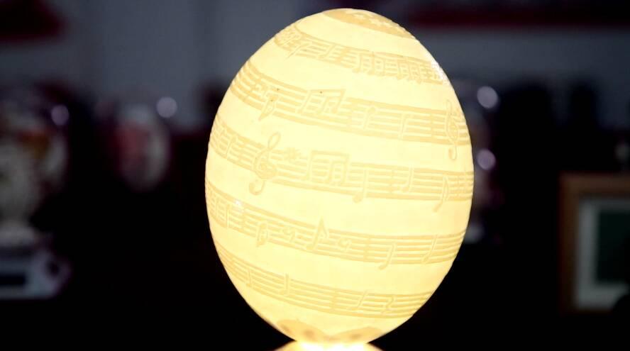 28秒丨莒县小学老师独创蛋壳十字绣技艺 还把国歌五线谱刻在蛋壳上