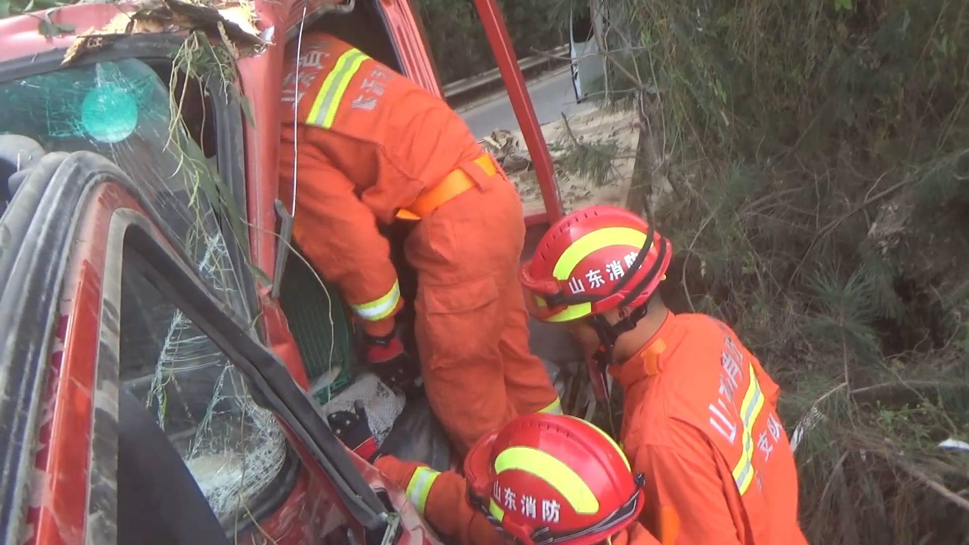 39秒丨货车被追尾撞断路边大树,司机被卡车里!临沂消防紧急营救
