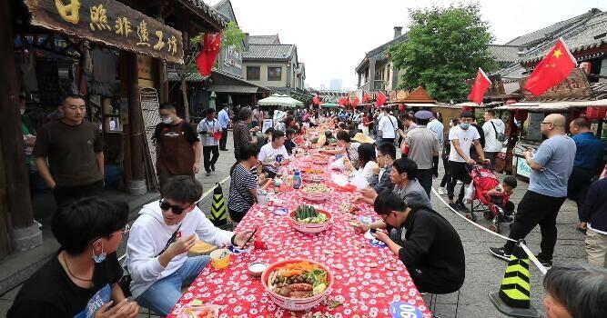 """27秒丨日照东夷小镇摆起28米长桌 市民游客同吃""""国庆""""七彩丰收宴"""