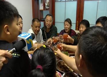 69秒|黄河滩区居民搬入新社区的首个中秋节:三代人共济一堂 黄河鲤鱼、龙虾安排上