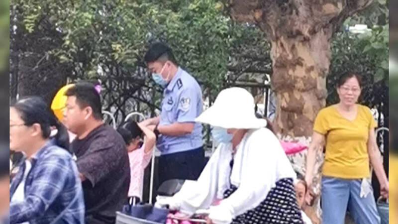 """61秒丨临沂一民警帮小女孩扎辫子走红 儿子""""质问"""":为何不给妹妹扎"""