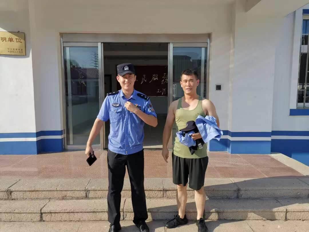 游客淌水被困海中 青岛即墨民警百米冲刺跳海救人