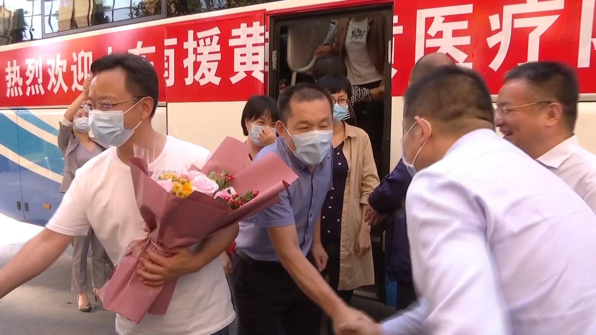 """共度""""双节""""!11名山东援助湖北医疗队队员携家人重返黄冈"""
