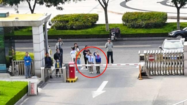 72秒丨路遇国庆升旗仪式 潍坊9岁小学生驻足向国旗敬礼