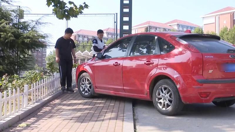 59秒丨学以致用!路遇汽车抛锚 青岛两名大学生出手相助