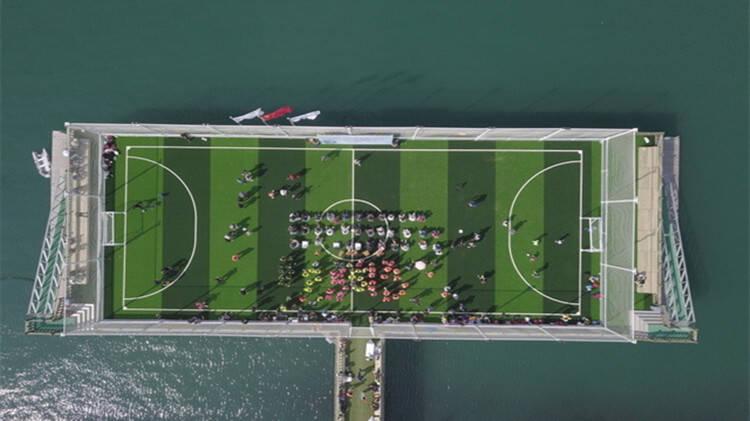 37秒丨四面观海!中国首座海上足球场青岛启用