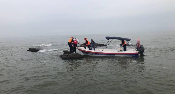 假期日照海边游玩,2名游客被困海中礁石