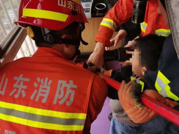 双节期间日照一幼童手卡跑步机 消防及时解救