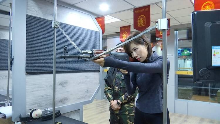 """ 又美又飒!记者在济南体验""""真枪实弹"""",本以为是青铜却轻松打到10环"""
