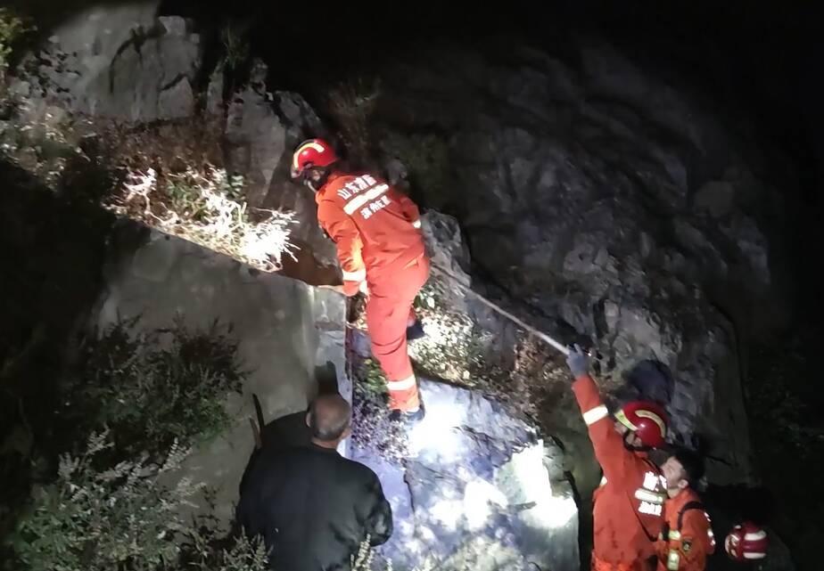 救命手电 | 滨州三位驴友在摩诃山迷路 手电光亮确定被困方向