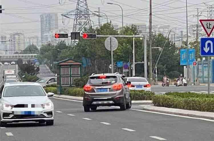 胆大!青岛一司机为图省事逆行百米 被罚200元 扣3分!