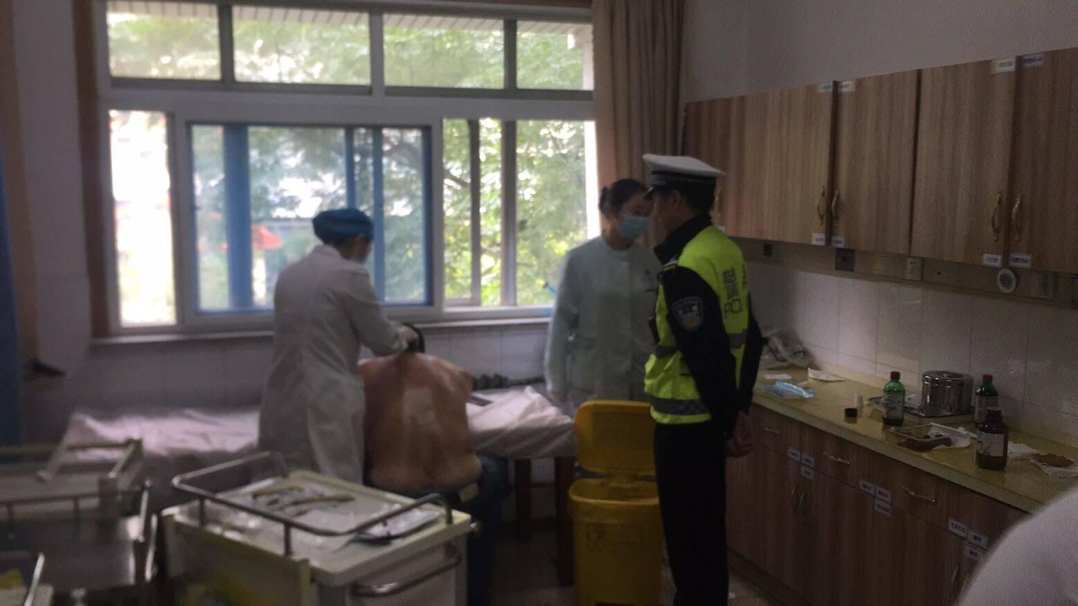 淄博:市民被烫伤 交警送医上演极限默契