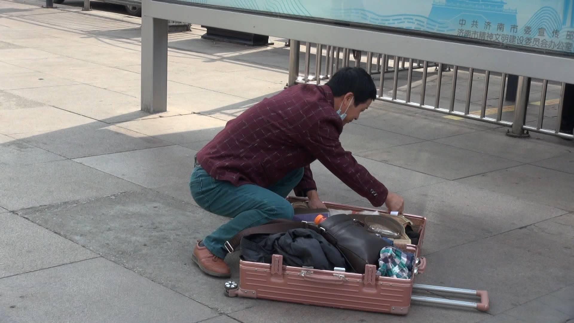 """最精致!剃胡须、换衣服......济南火车站这位旅客为何这么""""讲究""""?"""