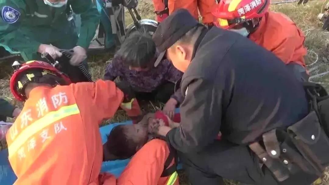 菏泽3岁男孩落入20米深井,民警消防紧急营救