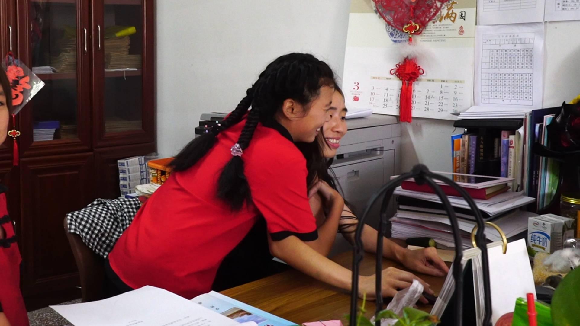 """幸福的起点丨陪伴是最长情的告白 单县博爱学校的""""鲍妈妈""""和她的第109个孩子"""