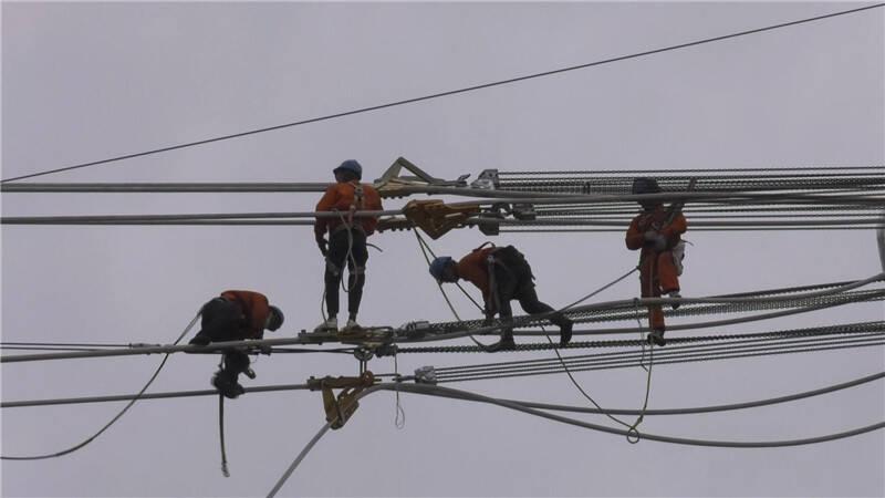 """为了这个""""一号工程"""" 116名电力人放弃假期奋战在沂蒙山深处"""