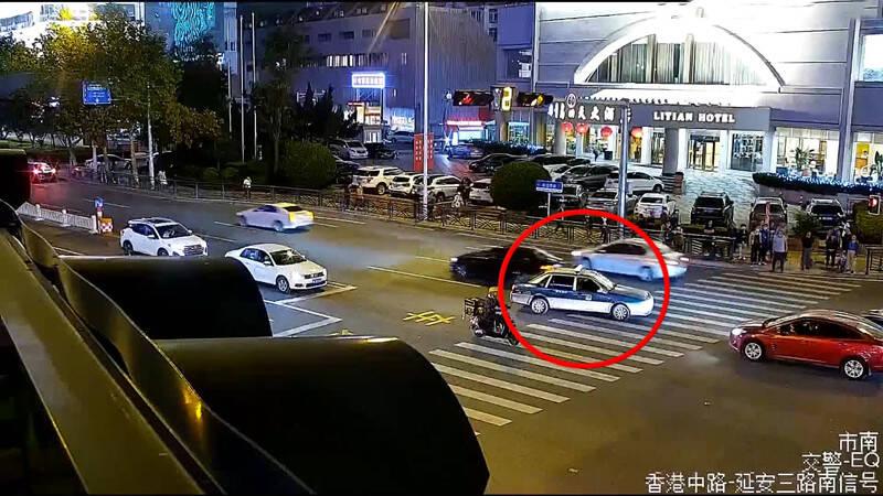 55秒丨出租车行迹异常 青岛警民合力救助司机