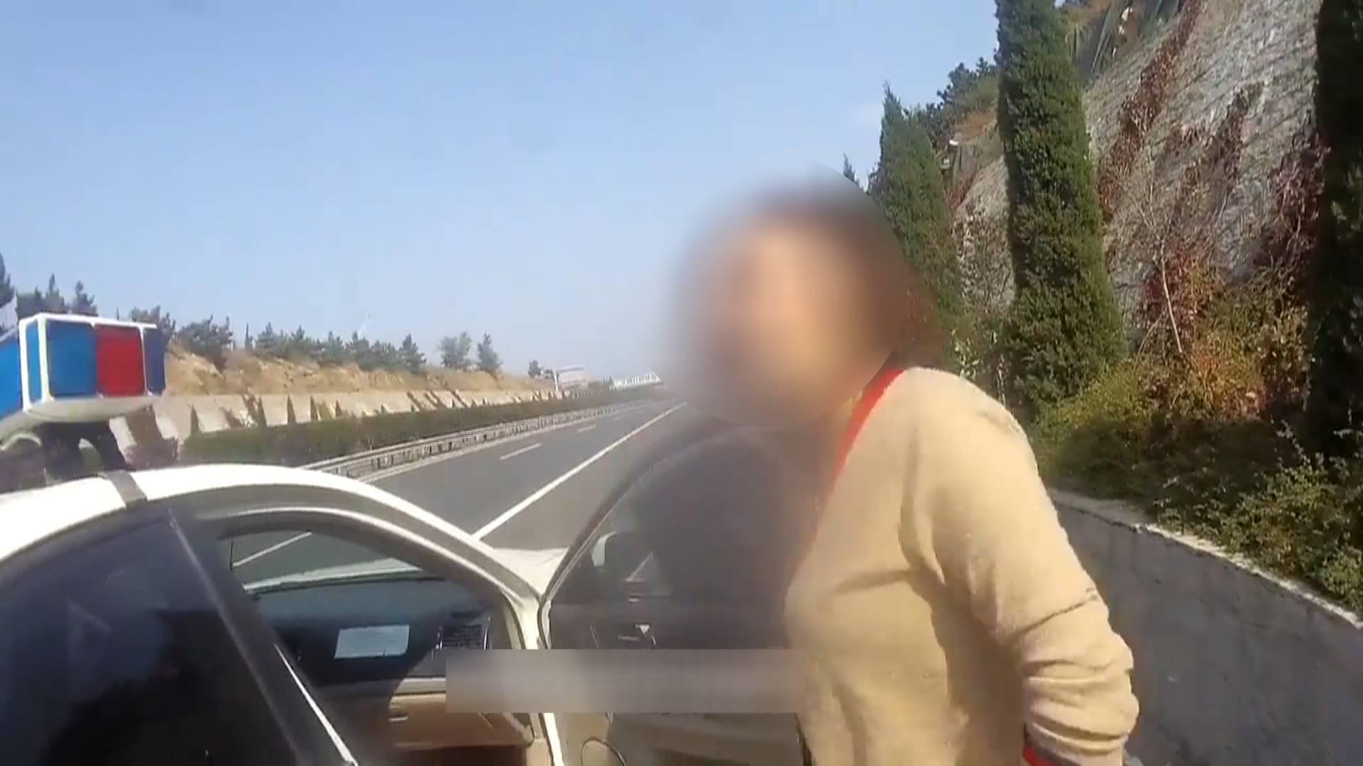 56秒 | 导航默认驾车模式,烟台一女子骑电动车上了高速路