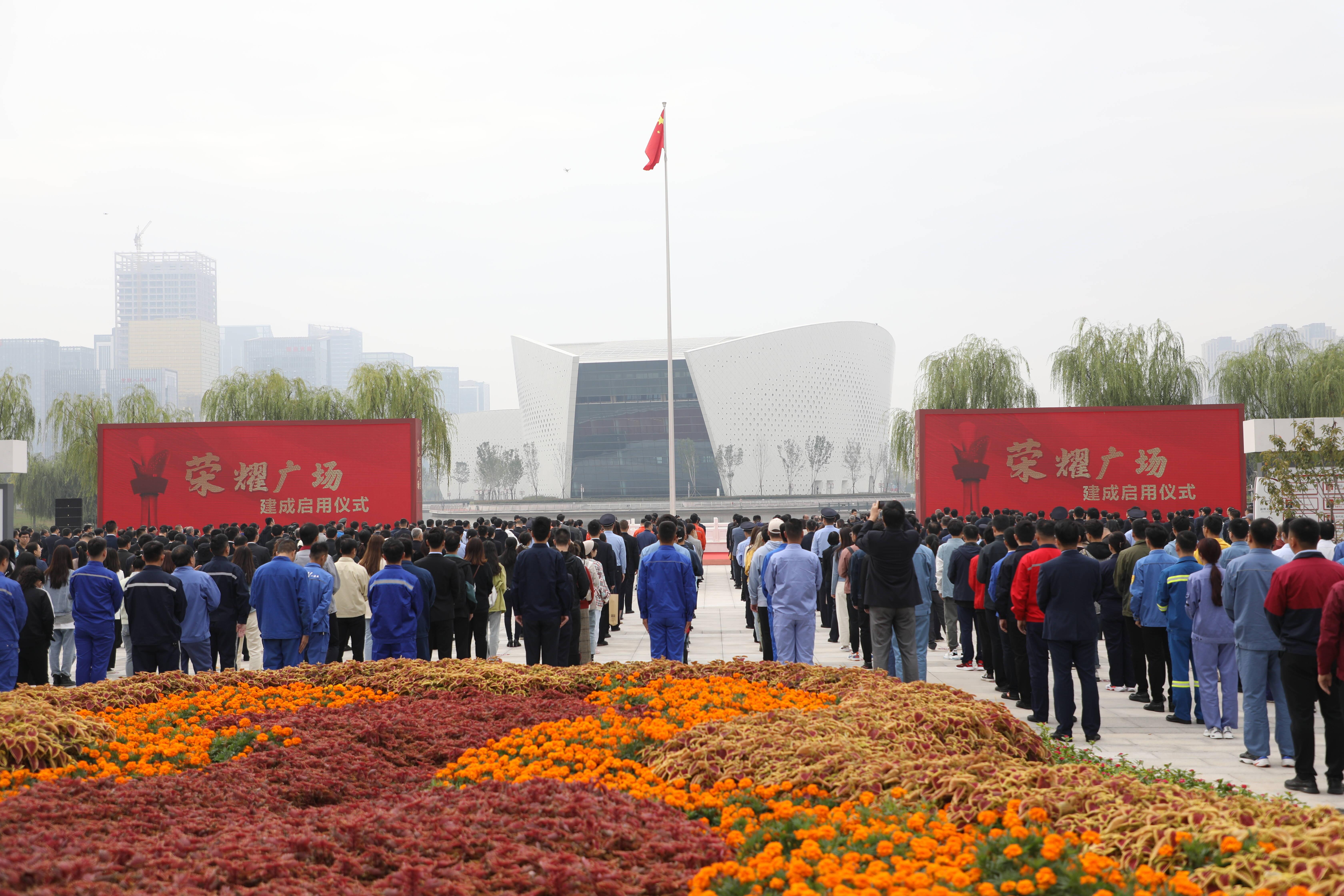 """致敬""""城市榜样""""!淄博这座广场集中展示158名""""领跑者"""""""