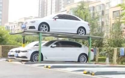 青州大益华府小区业主将车停在立体机械车库 车辆竟从四层车位掉下来
