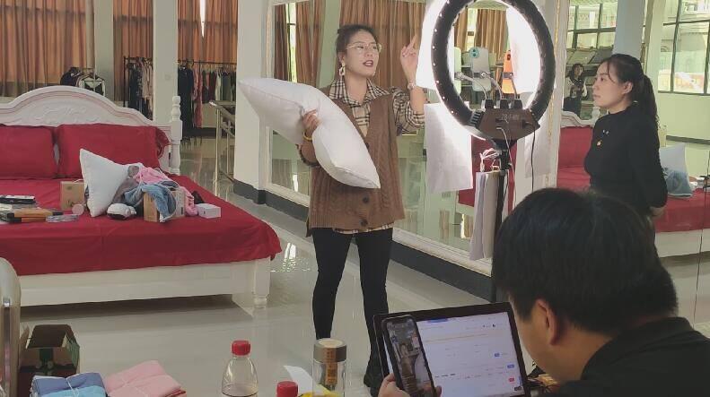 65秒|临沂罗庄幸福小镇首届网红直播好物节线上线下同步开展