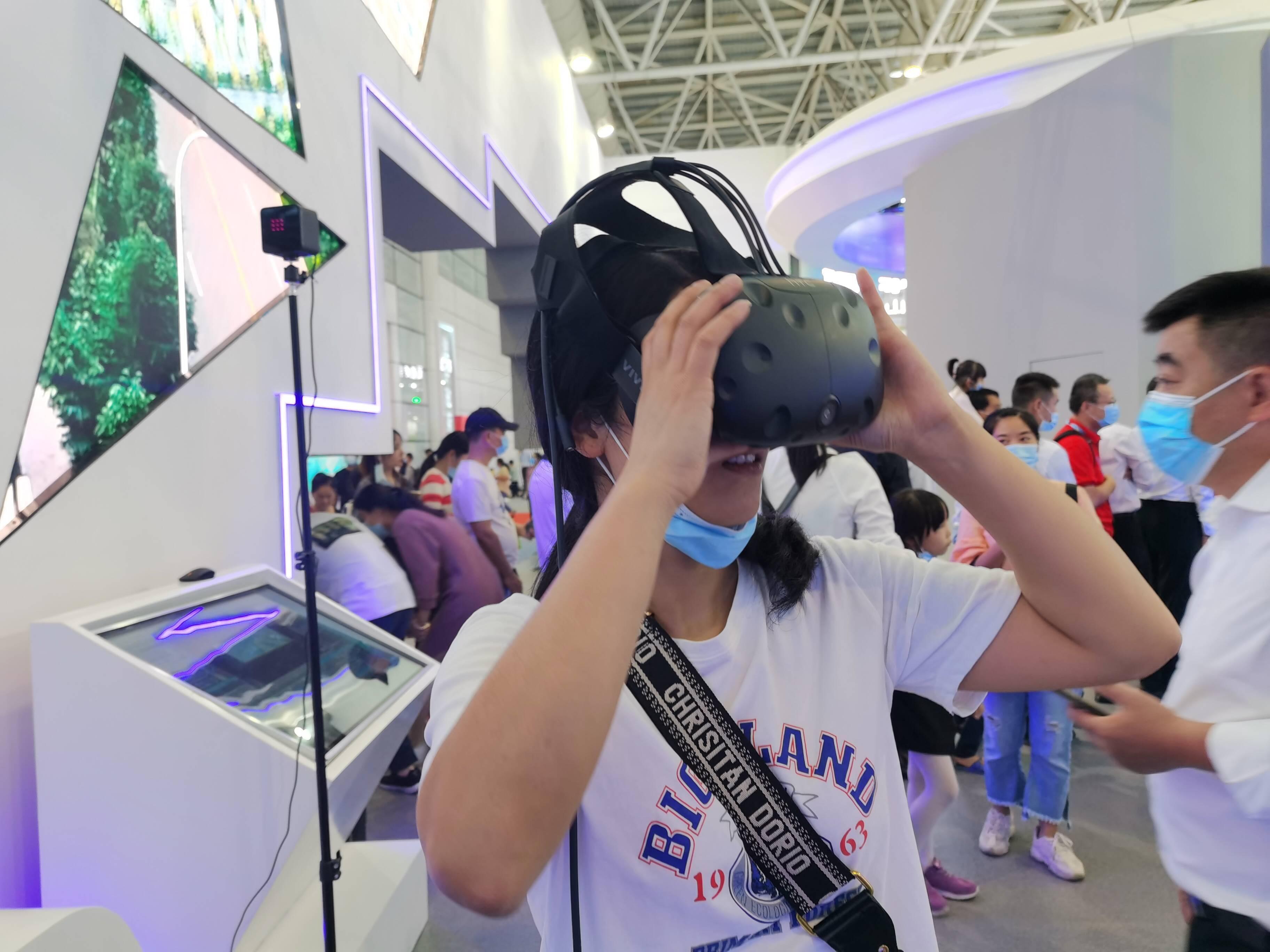 第三届数字中国建设峰会|探班主宾省山东馆:千里之外一目了然!工业领域VR全景系统引围观